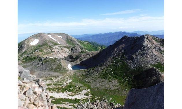白山御前峰から見た大汝峰(左)と剣ヶ峰(右)(イメージ)