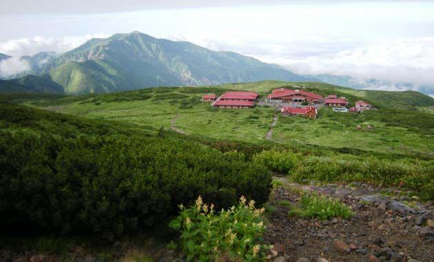 白山室堂と後方は別山(イメージ)