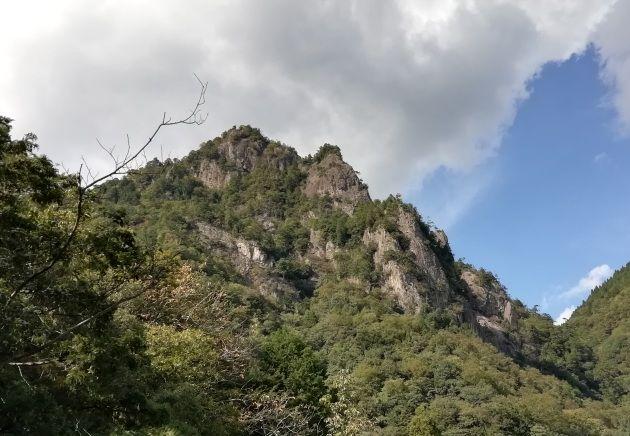 登山道途中から見上げる雪彦山(イメージ)