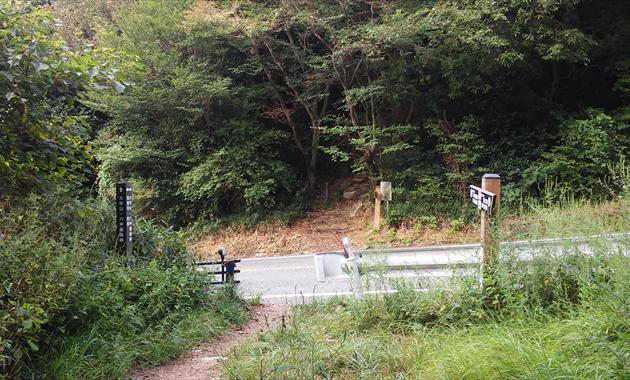 何度も車道を横切ります。写真は大谷乗越(イメージ)