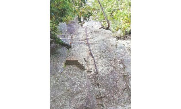 地蔵岳への長い鎖場(イメージ)