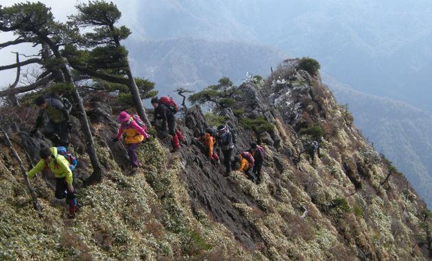 厳しい岩稜を歩く石鎚山東稜ルート(イメージ)