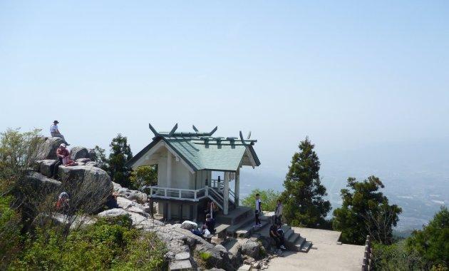 宝満山山頂にある上宮(イメージ)