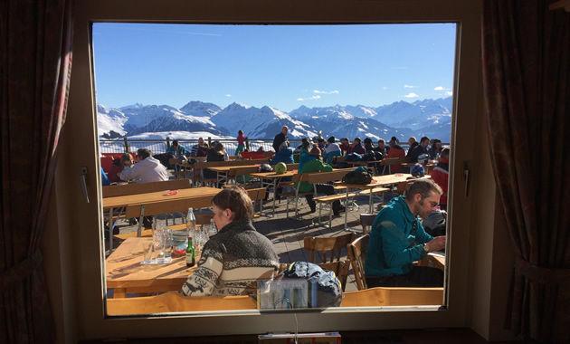 レストランの窓から見えるチロル・アルプス(イメージ)