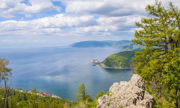 展望台からバイカル湖を望む(イメージ)