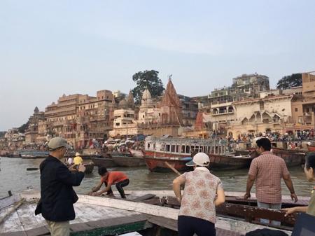 船上より、ガンジス川を見学します(イメージ)