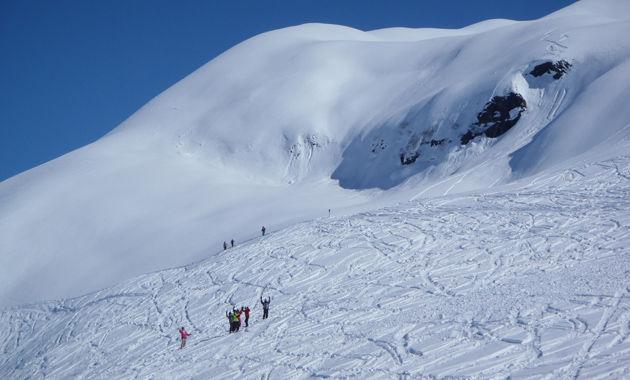 雪面にシュプールを描く(イメージ)