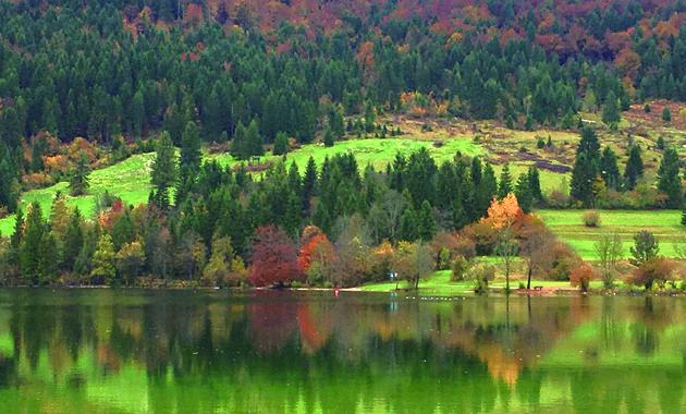 ボヒニ湖紅葉の映り込み(イメージ)