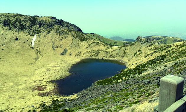 漢拏山の頂上火口付近にある白鹿潭(イメージ)